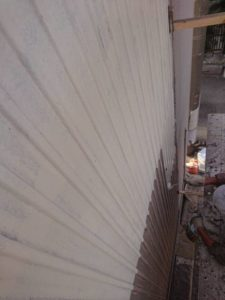 横浜市西区にてトタン外壁一面の塗り替え工事 ~下塗り~